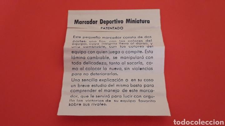 Coleccionismo deportivo: Fútbol Marcador deportivo miniatura + Pin Insignia F.C. Barcelona + instrucciones, original años 60 - Foto 6 - 167076748