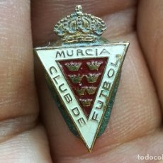 Coleccionismo deportivo: ANTIGUA INSIGNIA OJAL PARA SOLAPA MURCIA CLUB DE FUTBOL PIN PINS BROCHE AGUJA GICAR BARCELONA. Lote 167954688