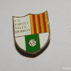 Coleccionismo deportivo: ANTIGUA INSIGNIA DE SOLAPA CLUB DEPORTIVO VALLE HEBRON. Lote 168825736