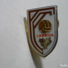Coleccionismo deportivo: PIN FUTBOL LEBRIJA. Lote 183501441