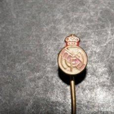 Coleccionismo deportivo: REAL MADRID CF. ANTIGUA INSIGNIA DE AGUJA. Lote 170109208