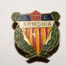 Coleccionismo deportivo: SC ARMONIA. ANTIGUA INSIGNIA DE SOLAPA. Lote 170110560