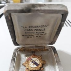 Coleccionismo deportivo: MEDALLA DE PLATA DORADA DEL REAL MADRID MUY ANTIGUA.CON CAJA. Lote 170135892