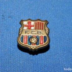 Coleccionismo deportivo: FC BARCELONA. ANTIGUA INSIGNIA DE SOLAPA. Lote 170171168