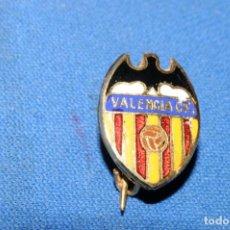 Coleccionismo deportivo: VALENCIA CF. ANTIGUA INSIGNIA ESMALTADA DE AGUJA. Lote 170171532