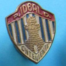 Coleccionismo deportivo: INSIGNIA DEPORTIVA FÚTBOL. P. IDEAL D. ONTENIENTE. PEÑA DEPORTIVA IDEAL, 1947 - 1950.. Lote 170181036