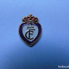 Coleccionismo deportivo: PIN REAL JAEN CLUB DE FUTBOL. Lote 221923966