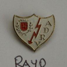 Coleccionismo deportivo: ANTIGUO PIN DE SOLAPA RAYO VALLECANO. Lote 171592240