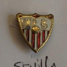 Coleccionismo deportivo: ANTIGUO PIN DE SOLAPA SEVILLA. Lote 171592448