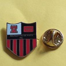 Coleccionismo deportivo: PIN ESCUDO FUTBOL - ESMALTADO - MADRID - RECREATIVO DE PINTO C.F.. Lote 175954228