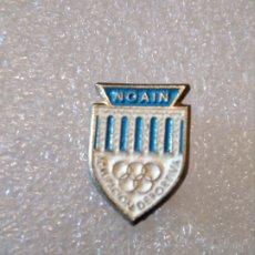 Coleccionismo deportivo: PINS INSIGNIA FUTBOL AGRUPACIÓN DEPORTIVA NOAIN. Lote 176419908