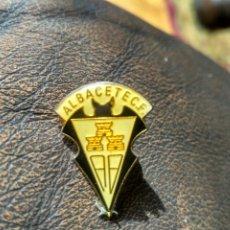 Coleccionismo deportivo: ANTIGUO PIN ESMALTADO DEL ALBACETE CLUB DE FÚTBOL. Lote 176500787
