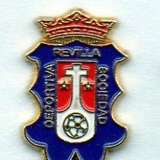 Coleccionismo deportivo: PIN DE FUTBOL-REVILLA C.D.-REVILLA DE CAMARGO-CANTABRIA. Lote 177189782