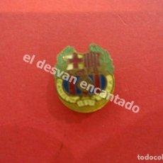 Coleccionismo deportivo: ANTOGUA INSIGNIA DE SOLAPA. CF BARCELONA. CAMPEÓN DE COPA 1951. Lote 177883789