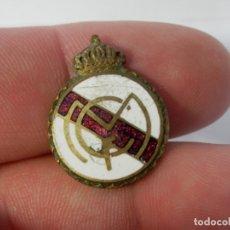 Coleccionismo deportivo: ANTIGUO PIN O INSIGNIA, REAL MADRID, LATON Y ESMALTE, 24 X 18 MM APROX. Lote 178688971