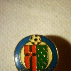 Coleccionismo deportivo: INSIGNIA PARA OJAL - SOLAPA - GETAFE C.F. - CLUB DE FUTBOL. Lote 178819347