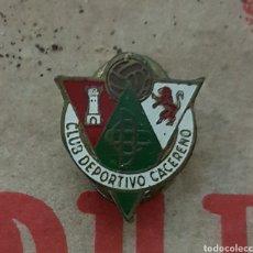 Coleccionismo deportivo: ANTIGUA INSIGNIA SOLAPA CLUB DEPORTIVO CACEREÑO. Lote 179384722
