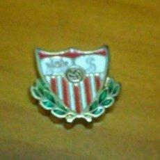 Coleccionismo deportivo: 3 PINS ESCUDOS REAL MADRID BARCELONA Y SEVILLA. Lote 180505006