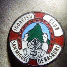 Coleccionismo deportivo: INSIGNIA DE AGUJA ESMALTADA - CLUB INDARTSU SAN MIGUEL DE BASAURI - FUTBOL AÑOS 50'S 60´S. Lote 182098628