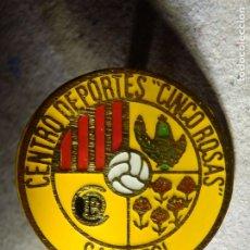 Coleccionismo deportivo: INSIGNIA DE OJAL - CENTRO DEPORTES 5 ROSAS - CLUB FUTBOL - C.F. - SAN BOI - BARCELONA - AÑOS 60´S. Lote 182122375