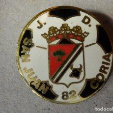 Coleccionismo deportivo: INSIGNIA DE IMPERDIBLE - J.D. - SAN JUAN - CORIA - 82 -- 30 MM. DIÁMETRO - SIN DETERMINAR. Lote 182458640