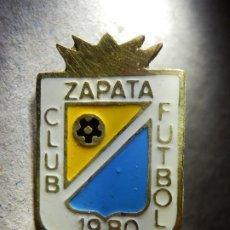 Coleccionismo deportivo: INSIGNIA DE OJAL - ZAPATA CLUB DE FUTBOL - 1980 - SIN DETERMINAR. Lote 182794528