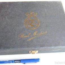 Collezionismo sportivo: ESTUCHE OFICIAL PARA PINS REAL MADRID RIGIDO 23X18X4 + DETALLES INSIGNIAS PIN CAJA. Lote 205261058