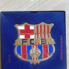 Coleccionismo deportivo: 8 PINS DEL FÚTBOL CLUB BARCELONA PUZZLE FORMAN EL ESCUDO DEL EQUIPO. ORO DE 24K.. Lote 186022633