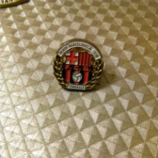Coleccionismo deportivo: ANTIGUO PIN PEÑA PENYA BARCELONISTA DE TERRASSA 1900 FÚTBOL BARÇA BARCELONA. Lote 186091408