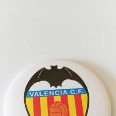 Coleccionismo deportivo: CHAPA DEL VALENCIA CF - IMAN DE 58MM. Lote 172690395