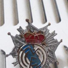 Coleccionismo deportivo: INSIGNIA DEL REAL MADRID DE IMPERDIBLE..ANTIGUA. Lote 193259792