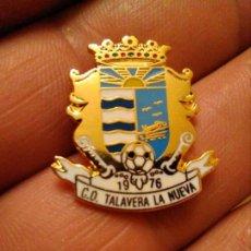 Coleccionismo deportivo: PINS INSIGNIA FÚTBOL CD TALAVERA LA NUEVA. Lote 194155598