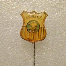 Coleccionismo deportivo: INSIGNIA PINS FÚTBOL CORIA CF. Lote 195039651
