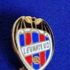 Coleccionismo deportivo: PIN LEVANTE UNION DEPORTIVA DE ALFILER. Lote 195978966