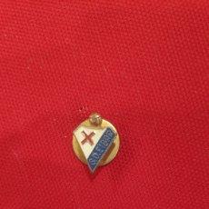 Coleccionismo deportivo: INSIGNIA DE FÚTBOL ESMALTADA - SD EIBAR - PIN OJAL MUY ANTIGUA -. Lote 197081816