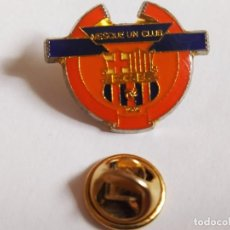 Coleccionismo deportivo: PIN DE FUTBOL: FCB BARÇA , MESQUE UN CLUB (2,5X2CM APROX). Lote 199876403
