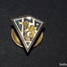 Coleccionismo deportivo: PIN INSIGNIA DE SOLAPA - A IDENTIFICAR (FUTBOL). Lote 202281882