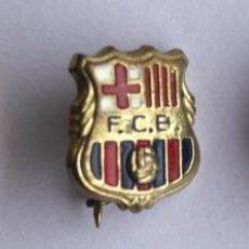 Coleccionismo deportivo: ESCUDOS F.C. BARCELONA ESMALTADOS. AÑO 1960. CIERRE DE AGUJA. PERFECTOS. 3 INSIGNIAS.. Lote 203298200