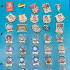 Coleccionismo deportivo: LOTE DE 49 PINS RELACIONADOS CON EL FUTBOL CLUB FC BACELONA. ANIVERSARIOS Y JUGADORES. Lote 203438801