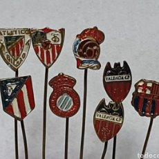 Coleccionismo deportivo: LOTE 8 INSIGNIAS FUTBOL. PIN, ALFILER SOLAPA. AÑOS 40. DE LATON.. Lote 204137626