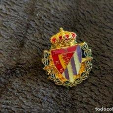 Collezionismo sportivo: PIN ESCUDO EQUIPO FUTBOL REAL VALLADOLID. Lote 204170407