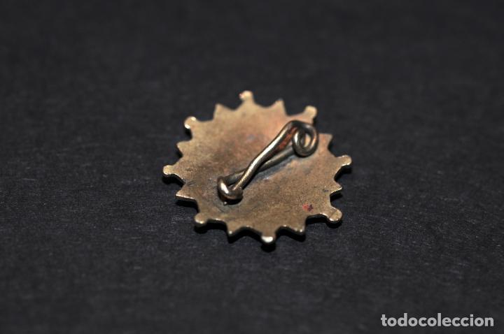 Coleccionismo deportivo: PIN - INSIGNIA DE IMPERDIBLE EN PLATA DORADA - Foto 2 - 204465276