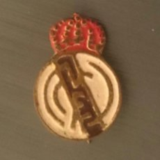 Coleccionismo deportivo: PEQUEÑA ANTIGUA INSIGNIA AGUJA CLUB FUTBOL REAL MADRID. Lote 204850375