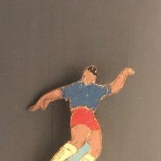 Coleccionismo deportivo: ANTIGUA INSIGNIA DE AGUJA JAGADOR FUTBOL AÑOS 50-60. Lote 205567625
