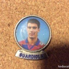 Coleccionismo deportivo: PIN DE LA FOTO DE GUARDIOLA JOVEN EN EL BARCELONA. Lote 207106042