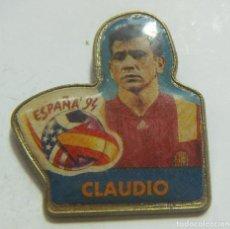 Coleccionismo deportivo: PIN MUNDIAL FÚTBOL ESTADOS UNIDOS 94 1994 CLAUDIO. Lote 208870055