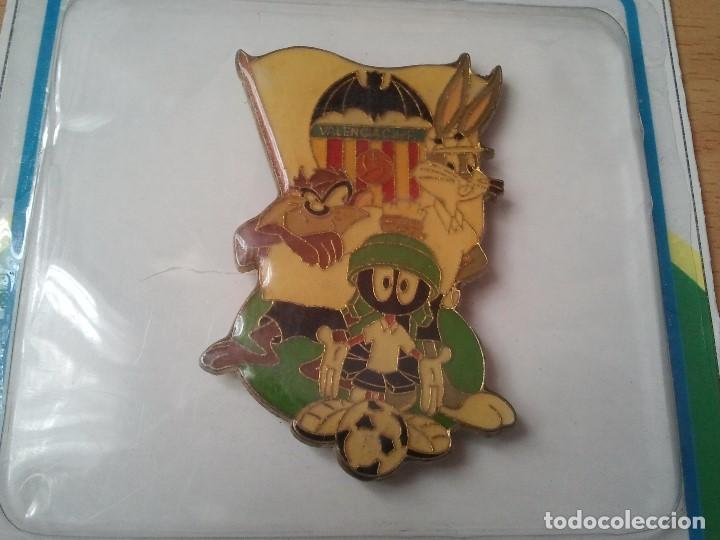 Coleccionismo deportivo: Raro y antiguo iman de futbol del Valencia C. de F. en su blister. Totalmente nuevo. Loone y Tunes. - Foto 2 - 209577450
