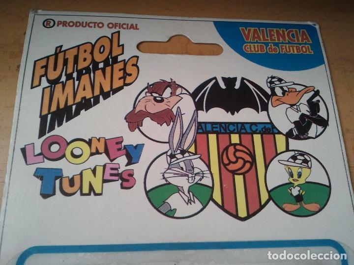 Coleccionismo deportivo: Raro y antiguo iman de futbol del Valencia C. de F. en su blister. Totalmente nuevo. Loone y Tunes. - Foto 3 - 209577450