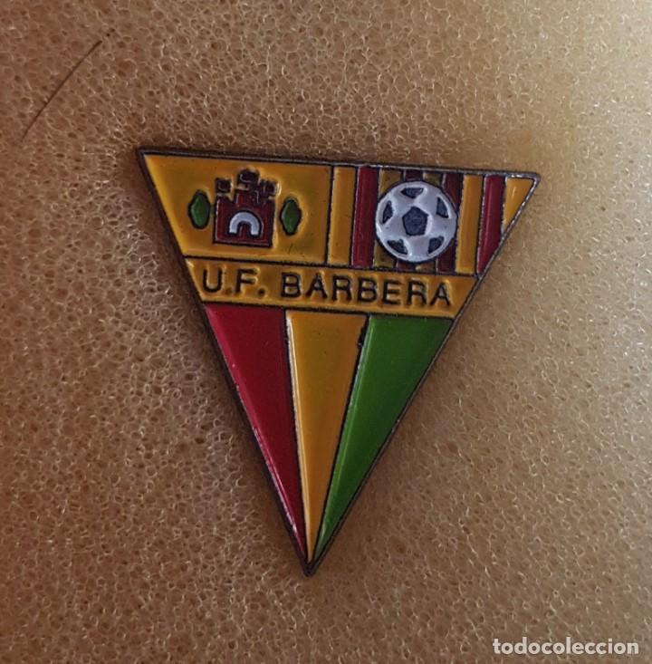 PIN U.F. BARBERÁ DE BARBERÁ DEL VALLES FEDERACION CATALANA FUTBOL (Coleccionismo Deportivo - Pins de Deportes - Fútbol)