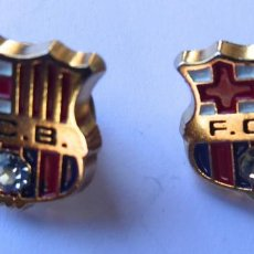 Collectionnisme sportif: F.C.BARCELOA. PAREJA DE PINS EN METAL DORADO CON BALÓN DE CRISTAL. PERFECTOS.. Lote 210319057